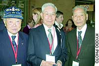 Former Japanese POWs in Australia -- (from left) Marekuni Takahara, Masami Yamada and Teruo Murakami -- take part in a ceremony in Cowra to mark the 60th anniversary of a mass escape by Japanese prisoners.