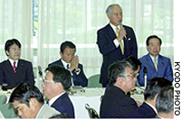 Jin Murai, chairman of a Liberal Democratic Party panel on postal reform, addresses a Wednesday meeting of the panel at LDP headquarters in Tokyo. Heizo Takenaka (left), financial services minister; Taro Aso (second from left), home affairs minister; and LDP policy chief Fukushiro Nukaga (right) were also in attendance.