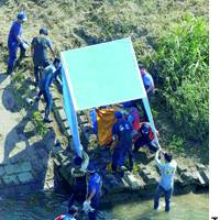 Police carry the body of Kazuto Kobayashi, 4, from the Omoi River in Tochigi Prefecture on Thursday.