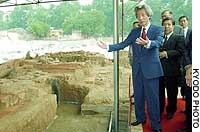 Prime Minister Junichiro Koizumi views recently discovered ruins in Hanoi on his five-day trip to Vietnam.