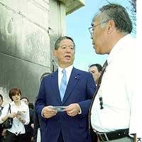 Foreign Minister Nobutaka Machimura inspects the site of the Aug. 13 crash of a U.S. military helicopter on the campus of Okinawa International University in Ginowan, Okinawa Prefecture.