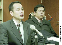 Masataka Abe (left) and Naoki Tondokoro, plaintiffs in a pension compensation case, address a news conference in the city of Niigata on Thursday.