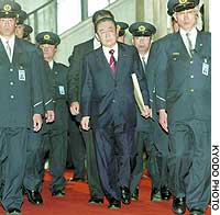 Security guards escort former Prime Minister Ryutaro Hashimoto as he heads to a session of the House of Representatives Deliberative Council on Political Ethics.