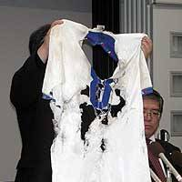 Mizuho Kitamura displays the soccer uniform that her son, Mitsutoshi, was wearing when he was struck by lightning in 1996, at a news conference in Takamatsu, Kagawa Prefecture, on Oct. 29.   PHOTO COURTESY OF SHIGEHIKO HAMAYA