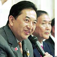 Nagano Prefecture Gov. Yasuo Tanaka (left) announces in Tokyo on Sunday the formation of a new political party with Liberal Democratic Party dissident Koki Kobayashi at his side.