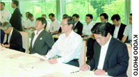 Chief Cabinet Secretary Hiroyuki Hosoda speaks to Cabinet ministers who gathered Fat the Prime Minister's Official Residence to discuss asbestos-related problems.