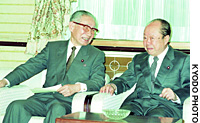Masaharu Gotoda (left) chats in April 1993 with then Prime Minister Kiichi Miyazawa after being appointed deputy prime minister.