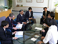 Officials of a U.S. information technology firm meet with staff from Gifu University during an investment seminar in May. | PHOTO COURTESY OF THE GREATER NAGOYA INITIATIVE OFFICE/KYODO