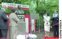 Hokkaido Gov. Harumi Takahashi (second from right) applauds as a bust of Murahashi Hisanari, builder of Japan's first public brewery, is unveiled at a ceremony Friday in Sapporo.