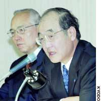 Fumio Iwai, president of Konica Minolta Holdings Inc. (right), announces last week that the firm is withdrawing from the camera business.