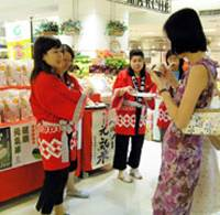 A customer here samples 'healthy rice' from Shimane Prefecture. JA Nishi Iwami sells the rice at two high-end department stores in Taiwan.