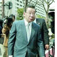 Former Chief Cabinet Secretary Kanezo Muraoka arrives Thursday at the Tokyo District Court.