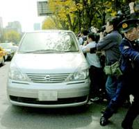 A vehicle believed to be carrying Huser Ltd. President Susumu Ojima enters the headquarters of the Metropolitan Police Department in Chiyoda Ward, Tokyo.