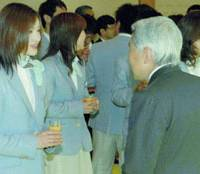 Figure skater Shizuka Arakawa, the only Japanese athlete who won a medal at the Turin Olympics, chats with Emperor Akihito at the Imperial Palace on Friday.