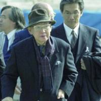 Noboru Minowa, former posts and telecommunications minister, enters the Sapporo District Court in March 2004 to take part in a lawsuit he filed against the government regarding the dispatch of the Self-Defense Forces to Iraq.