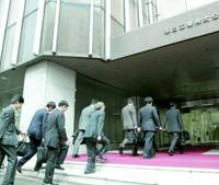 Fair Trade Commission investigators and Osaka prosecutors enter on Tuesday the headquarters of Kurita Water Industries Ltd. in Shinjuku Ward, Tokyo, to search for evidence of bid-rigging.