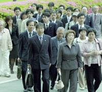 A group enters the Osaka District Court to file a damages suit Friday in the name of eight people over the state's failure to protect the eight from asbestos contamination.