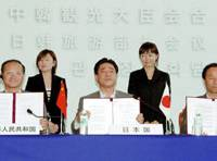 The tourism ministers of China, Japan and South Korea (from left) Shao Qiwei, Kazuo Kitagawa and Kim Myong Gon hold up copies of the Hokkaido Declaration, in which they set a goal of increasing tourists to their countries, at a signing ceremony Sunday.   KYODO PHOTO