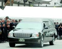 A hearse carries the body of Prime Minister Ryutaro Hashimoto from a temple in Minato Ward, Tokyo, after his funeral Monday. | KYODO PHOTO