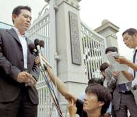 Kazuhiko Kingetsu, whose 5-year-old daughter, Miho, was killed when part of a man-made beach collapsed in Hyogo in 2001, speaks to reporters Friday after the Kobe District Court acquitted four officials of professional negligence over the incident. | KYODO PHOTO