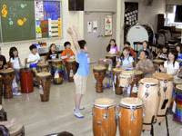Children beat drums in May in a music class at Takashima No.5 Elementary School in Tokyo's Itabashi Ward.   KYODO PHOTO