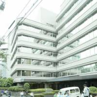 Police search the headquarters of Maeda Corp. in Tokyo on Monday in connection with a tax evasion probe targeting Mizutani Kensetsu Co. | KYODO PHOTO