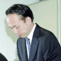 Paloma Co. President Hiroaki Kobayashi apologizes Tuesday at a news conference at the company's headquarters in Nagoya over carbon monoxide poisoning from gas water heaters. | KYODO PHOTO