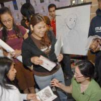 Students watch a drawing demonstration by Tokyopop 'manga' artist and author Amy Kim Ganter (right) at the Los Angeles Public Library last month. | L.A. PUBLIC LIBRARY PHOTO/KYODO