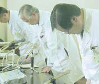 Doctors bow in apology during a news conference Monday at Gunma University Hospital in Maebashi. | KYODO PHOTO