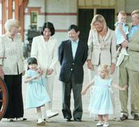 Crown prince Naruhito and his family visit the Royal Stables accompanied by Queen Beatrix (left), Crown Prince Willem Alexander (right), Princess Maxima (third from right), and their two daughters, Princess Catharina-Amalia, 2, and Princess Alexia, 1, in Apeldoorn on Friday.   KYODO PHOTO
