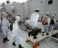 Metropolitan Government officials board the frigate USS Gary on Friday morning at Harumi Pier in Tokyo's Chuo Ward as part of the day's major disaster drill. | KYODO PHOTO