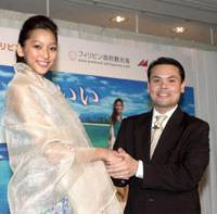 Model 'ANNE,' daughter of popular actor Ken Watanabe, poses as goodwill ambassador for Japan-Philippines friendship in February 2006. | YOSHIAKI MIURA PHOTO