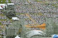 A crowd of 35,000 people attends a concert by singer Takuro Yoshida and trio Kaguyahime on Saturday at Tsumagoi resort in Kakegawa, Shizuoka Prefecture.   KYODO PHOTO