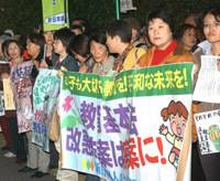 Protesters opposing the revision of the Fundametal Law of Education march near the Diet during a rally Nov. 8 in Tokyo's Chiyoda Ward. | SATOKO KAWASAKI PHOTO