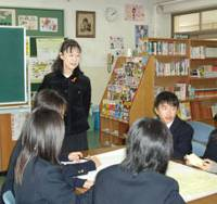 Midori Komori leads students in a workshop on bullying in November at Nogawa Junior High School in Kawasaki. | SETSUKO KAMIYA PHOTO