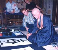 Zen abbot John Toler writes the kanji for pleasure at the home of Alex Kerr in Kameoka, Kyoto Prefecture, in 1995. | PHOTO COURTESY OF ALEX KERR