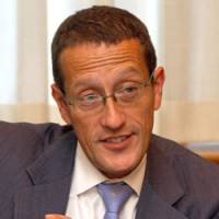 CNN anchor Richard Quest speaks about his on-the-cheap Japan visit in Tokyo on Nov. 16. | SATOKO KAWASAKI PHOTOS