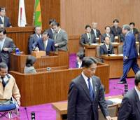 Miyazaki Prefectural Assembly members cast their votes on a no-confidence motion against Gov. Tadahiro Ando on Friday. The motion passed 40-0. | KYODO PHOTO
