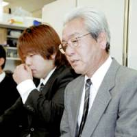 Kazuo Uehara, whose daughters, Asuka and Chihiro, were slain in Osaka in November 2005, faces reporters Wednesday along with his son, Takuya, after a district court sentenced Yukio Yamaji to hang for the murders. | KYODO PHOTO