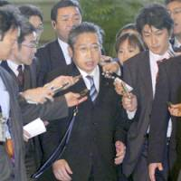Reporters flank Yoshimi Watanabe, who was appointed as the new administrative reform minister Thursday, before his meeting with Prime Minister Shinzo Abe at the Prime Minister's Official Residence. | KYODO PHOTO