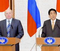 Prime Minister Shinzo Abe addresses a news conference Wednesday at the Prime Minister's Official Residence while Russian Prime Minister Mikhail Fradkov looks on. | KYODO PHOTO