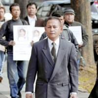 Asylum-seeker Khin Maung Ha of Myanmar enters the Nagoya High Court on Jan. 18. The court upheld a lower court ruling invalidating the government's order to deport him. | KYODO PHOTO