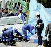Investigators scour the area Saturday in Nagakute, Aichi Prefecture, where ex-gangster Hisato Obayashi staged a 29-hour standoff with police. | KYODO PHOTO