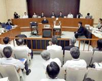 A mock trial involving lay judges is held at the Tokyo District Court in June 2006 as a dress rehearsal for the introduction of the system by May 2009. | KYODO PHOTO