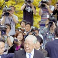 Former Taiwan President Lee Teng-hui leaves Tokyo's Yasukuni Shrine after paying a Thursday morning visit. | KYODO PHOTO