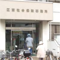 Two seniors enter the social insurance office in Koto Ward, Tokyo, on June 5, joining nearly 30 people who had lined up by 9 a.m. to have their pension records checked. | JUN HONGO PHOTO