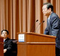 Ichiro Ozawa, president of the Democratic Party of Japan, and Prime Minister Shinzo Abe face off in a policy debate Sunday in Tokyo. | KYODO PHOTO