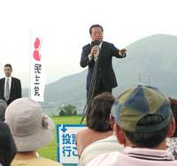 Ichiro Ozawa, leader of the Democratic Party of Japan, stumps in rural Kumamoto Prefecture, a traditional stronghold of the ruling Liberal Democratic Party, while Issui Miura's campaign office bears a big poster of the incumbent LDP Upper House member. | HIROKO NAKATA PHOTOS