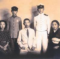 Masamichi Shida, at 17, poses in the white uniform of an elite naval cadet with his older sister, Yuriko, younger brother, Tatsuya, father, Masanori, and mother, Mutsu, in this 1944 photo. | PHOTO COURTESY OF MASAMICHI SHIDA