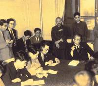Kanji Murakami takes notes at a press conference by a high-ranking Japanese official at the Government-General of Korea in this undated photo. Below, Murakami stands outside the Asahi Shimbun's Keijo (Seoul) branch, where he worked as a reporter from 1941 to 1942. | PHOTOS COURTESY OF KANJI MURAKAMI